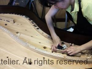 13 響板埋め木作業
